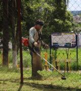 Praças públicas recebem serviços de manutenção e limpeza na Zona Sul