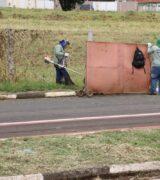 Praça e vias nas zonas Leste e Sul de Mogi recebem serviços de limpeza pública