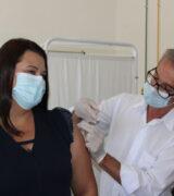 Coordenadora da UTI-Covid da Santa Casa recebe a 1ª dose da CoronaVac
