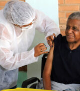 Idosos de 80 a 84 anos começam a ser vacinados contra Covid nesta 2ª-feira
