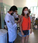 Secretaria de Saúde aplica 728 doses da Coronavac em profissionais da educação