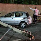 Mulher fica ferida após colidir carro em poste no Centro