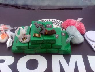 Romu encontra mais de 10 quilos de maconha, arma e homem ligado a facção criminosa