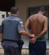 Assaltante é preso em condomínio com veículo roubado em Ouro Fino