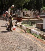 Cemitério Municipal da Saudade recebe manutenção especial para o Dia de Finados